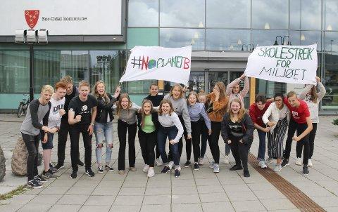 SAMMEN FOR KLIMAET: rundt 20 unge var med på skolestreik for klimaet foran Sør-Odal rådhus fredag med kamprop, appeller og bannere.