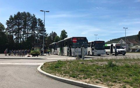 KREVENDE SITUASJON: Skolene kan ha fulle klasser igjen, mens bussene fortsatt kjører med annethvert sete ledig og uten nok kapasitet.