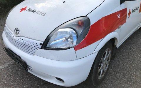 PARKERT: Noen har stjålet skiltene til Røde Kors-bilen.