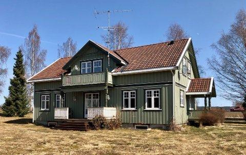 SOLGT: Lilletorpet i Hof er solgt til privatpersoner. På den seks mål store eiendommen står en enebolig med flere Sefrak-registrerte uthus. For kort tid siden hørte dette til bygningsmassen under Stiftelsen Klokkergården.