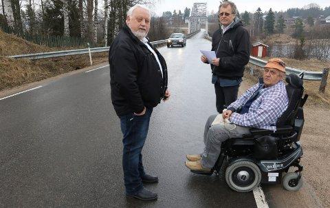 SKJER SNART: Her kommer en lenge etterlengtet gang - og sykkelveg i 2023. Det er Arne Idar Grandahl, til venstre, leder i Bergesiden vel, assisterende kommunedirektør Asgeir Rustad, og leder i Rud vel, Rune Lerudsmoen, glad for.