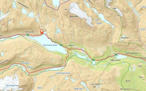 Ulykken har skjedd rett vest for Hamseviki ved Breidalsvatnet.