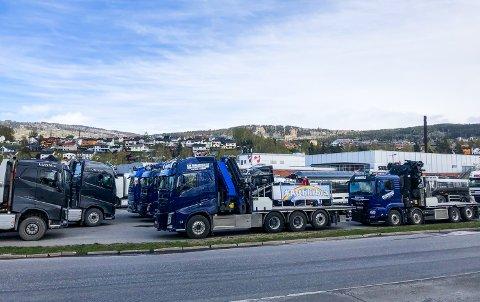Lastebiler samlet foran Strandtorget.