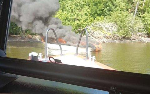 OVERTENT: Mjøsvekteren rykket ut for å slukke båtbrannen. Båten ble raskt overtent.