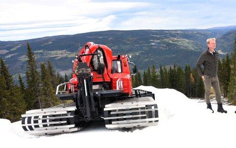 LAGRET SNØ: Daglig leder i Kvitfjell, Odd Stensrud, har allerede åpnet en treningsbakke i alpinanlegget. Milde temperaturer gjør at de trolig må utsette sesongåpningen. Foto: Kristin Veskje (Arkiv)
