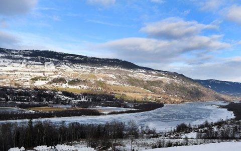 Nye Veier forhandler med en rekke grunneiere om vern av arealer oppstrøms for brua som i dag markerer grensen for Hundorp naturreservat.
