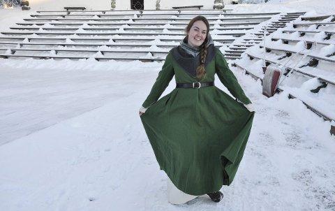 RYDDET: Chané Lindseth ved Hadeland folkemuseum foran tribunene, som er ryddet for snø.