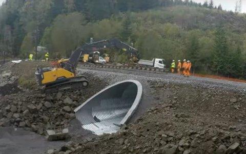 FERDIG FØR TIDA: Søndag klokka 22.00 var skinnene klare over kulverten i Lurslia.