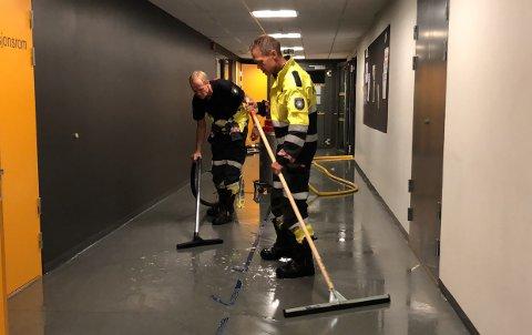MASSE VANN: 12 vasker på skolen ble plombert og det har ført til store vannskader. Her jobber brannkonstablene Kai Larsen og Tom Harald Foss for å begrense skadene.