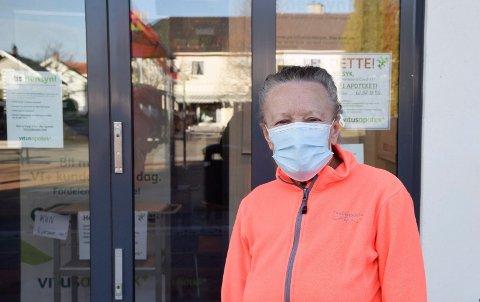 FØLGER RÅD: Kari Dahlen Kjenner følger anbefalingen om munnbind, og det synes hun at alle burde gjøre når de er på offentlige steder.