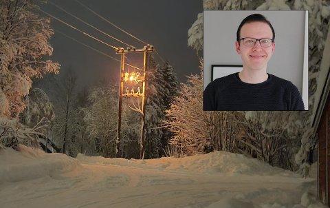 BRANN: Det begynte å brenne i en stolpe på Grua mandag ettermiddag. Før det skjedde smalt det høyt fra stolpen, forteller Erik Gillebo-Skovly.