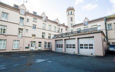 Den gamle brannstasjonen fra 1911 bør bli erstattet av en ny, skriver rådmannen. Den bør også flyttes i av sentrum og plasseres mellom sentrum vest og Isebakke.