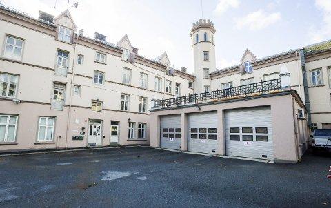 For gammel: Dagens brannstasjon holder ikke mål, og rådmannen foreslår 50 millioner til en ny.