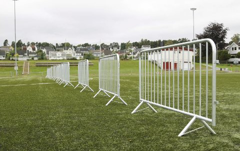 FORTSATT STENGT: Halve kunstgressbanen på Tistedal stadion er fortsatt stengt, men nå har kommunen, TTIF og naboene blitt enige om en løsning.