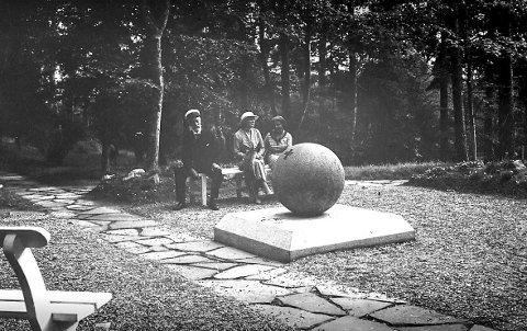 KARL XIIs PARK: I perioden 1935–1938 lå granittkula noen titalls meter bak dagens monument.