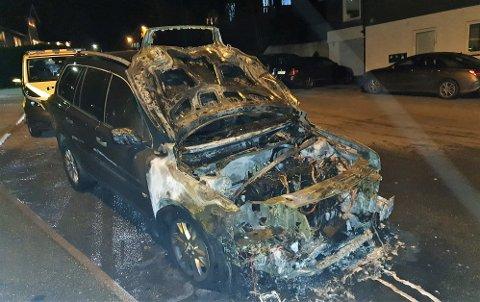 UTBRENT: Bilen som tok fyr under fart i Gimleveien tirsdag kveld, ble totalskadet.
