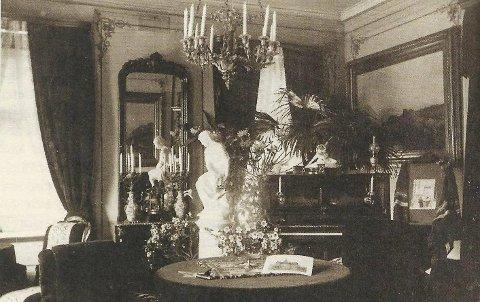 PALMER OG PLYSJ: Wiels hjørnestue mot Storgata omkring år 1900. I dag har Halden kommunes direktør for teknisk, Ulf Ellingsen, kontor i dette rommet. Foto fra familien Wiels album.