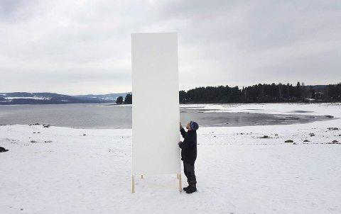 VEGG: En av syv elementer som skal utgjøre kinoveggen er på plass på Domkirkeodden. I dag kommer resten av rigget. Foto: Hans Christian Johnson, Hamar Naturskole