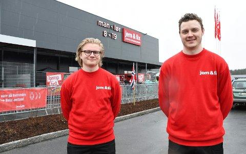 FIKK JOBB: Martin Barmoen Kjos (t.v.) og Mikkel Øyan Storås kan glede seg over fast jobb ved den ny byggvarekjeden i Nydal. Konkurransen var hard.