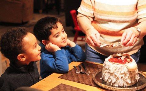 SPENTE: Det er bare såvidt Thomas (4) og Adam (3) klarer å vente til kaken er delt opp.