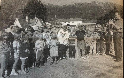 Glede: Torbjørn Dagestad bles fanfare, medan Tord Hansen klipper snora. Han vert hjelpt av Elfrid Utne Midtun til venstre og Ingrid Haustveit Instebø. Frå HF 9. september 1996.