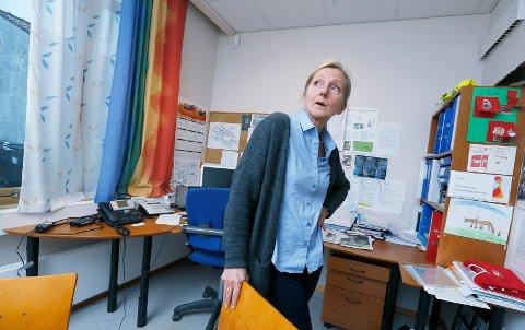 STENGT: Rektor Reidunn Rødeseike ved Rossabø skole. Bildet er tatt i 2016, i forbindelse med lavt sykefravær. I dag måtte elevene sendes hjem da varmeanlegget ble ødelagt.