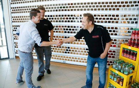Daglig leder Jo Broch (t.h) kjørte opp gitteret og Espen Strand og Eirik Østebø  (bak) var de første inn i butikken. Seember 2016.