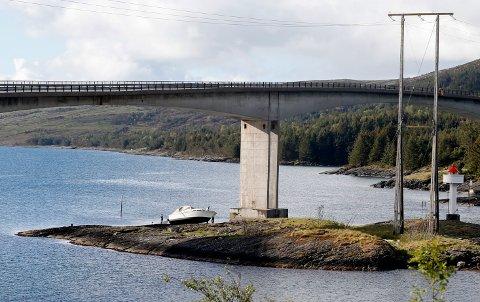 UNDER BRU: Båten ligger på skjæret under Ognasund bru.