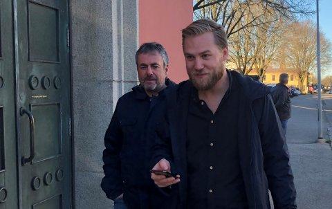 MÅ VENTE PÅ SVAR: Daglig leder i Avaldsnes Stian Staveland Nygaard vet ikke når sesongen kan fullføres. Bak ser vi styreleder i Avaldsnes Toppfotball AS, Arne Utvik.