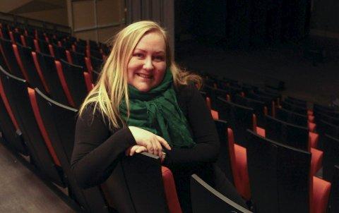 DEDIKERT: Kari Renate Nilsen har vært sceneinstruktør for Ytre-Helgeland i fem år og trives i jobben. Foto: Jarl G. Sandholm