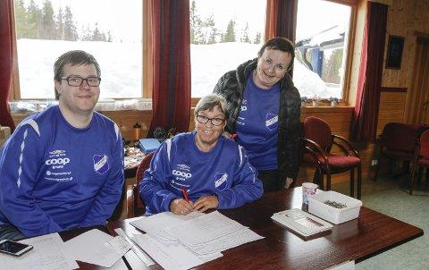 FORNØYD: Rennleder Ingrid Fagerli (t.h.) i arrangørklubben var fornøyd med deltakerantallet. – Flere trimmere enn i fjor, sier hun.