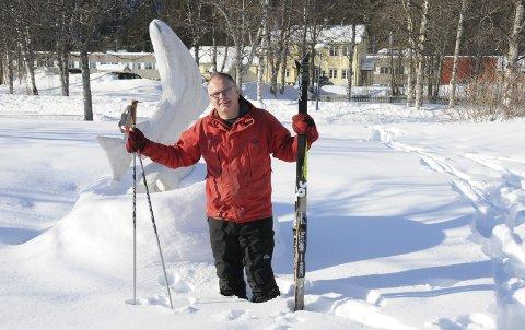 KLAR TIL PÅSKETUR: Rød anorakk og akkurat passe gamle ski. Ordfører Bjørn Ivar Lamo er en glad laks på vei ut i påskefjellet. Der skal han hilse blidt på snøscooterfolk som kjører i oppmerkede løyper.