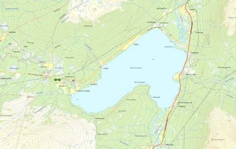 BASESTASJON: Kartet viser området ved Ømmervatnet. Den grønne markøren t.v. for vannet viser hvor den mobile 2G-vogna står. Det blå krysset ikke langt herfra viser hvor den nye basestasjonen skal settes opp.