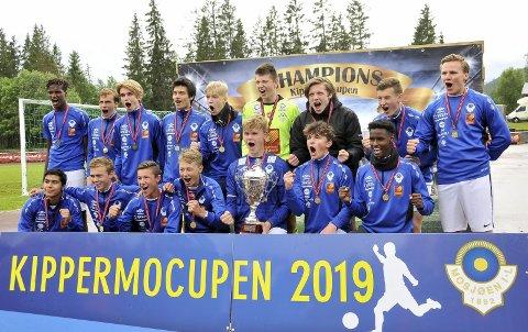ENDELIG VINNER: Etter to tredjeplasser i Kippermocupen lyktes det endelig for Mosjøen G16 å vinne.  Det er mange spillere i spillergruppa og andrelaget ble nummer tre. Foto: Snorre Nicolaisen