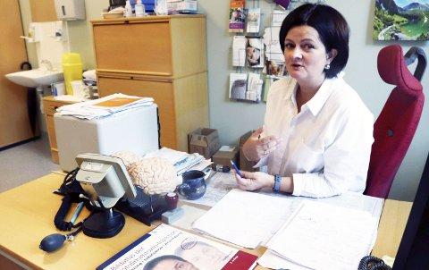 Nevrologen: Dorota Paulina Slowinska er nevrolog ved Helgelandssykehuset Mosjøen og har ti pasienter med clusterhodepine. Tre av dem beskrives som «utfordrende», det vil si at det er vanskelig å finne behandlingsmetoder som hjelper. – For oss nevrologer er clusterhodepine fascinerende, for pasientene oppleves det håpløst. De blir svært oppgitt, sier hun. Foto: stine Skipnes Foto: Stine Skipnes