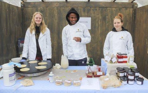 MARKEDSFØRING: UB Krute Godt solgte egne matvarer under Tiendebytte 2020. Nå kan de glede seg til NM. Fra venstre Celine Mari Karstensen, Tesfa Tamene og Jenny Lovise Dinessen Krekling