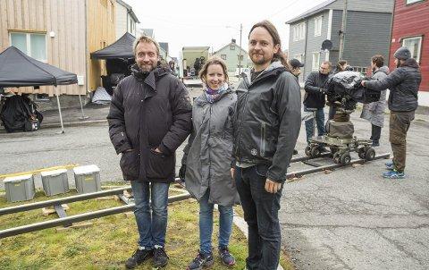 PÅ PLASS PÅ SETTET: Onsdag startet innspillingen i Vardø, og her er Lasse Greve Alsos fra NRK Drama, Signe Pahle i Filmfond Nord og Mathis Ståle Mathisen fra Rein Film på plass på settet.