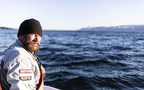 KJEMPER I MOTVIND, Bjarne Johansen har kjempet for sjølaksefisket i flere tiår, men har måttet se at fisketidene stadig har blitt redusert. I år ligger det an til at det ikke blir fiske etter laks i sjøen i Tanafjorden i det hele tatt.