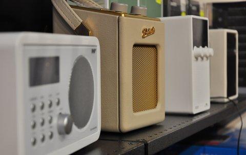 Ingen grunn til å skrote den gamle radioen til fordel for DAB-radio ennå, for FM vil sende lokalradio i mange år, ifølge artikkelforfatteren.