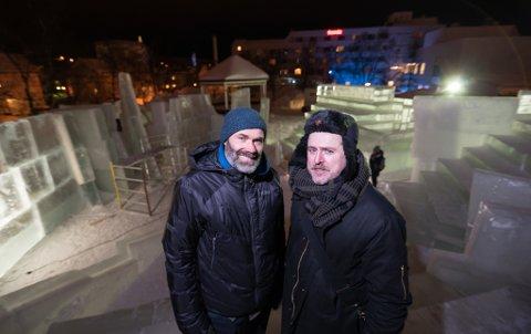 """Kunstner Morten Traavik har regien på """"Århundrets rettssak"""" i Kirkenes. Til venstre iskunstner Peder Istad, som sammen med sitt team har hentet opp 190 tonn is fra Andrevatn for å bygge rettssalen."""