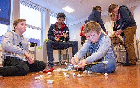 FRISTER: - Jeg kunne godt tenkt meg en spennende jobb i oljenæringa, konstaterte Skage Lydersen(th) sammen med sine klassekamerater Lars Olaussen(tv) og Eart Kristiansen i midten.