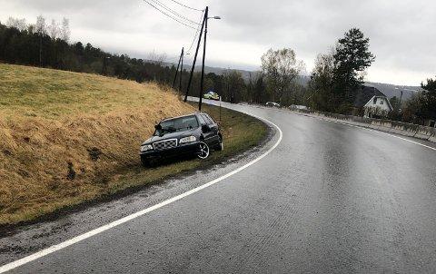 KJØRTE UT: Søndag havnet en bil i grøfta i Raipas, Alta.