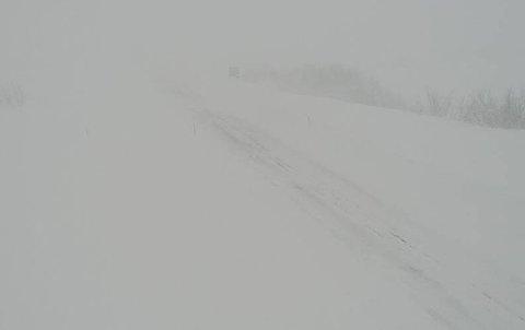 Slik ser det ut på E6 Aisaroaivi i Hammerfest kommune, klokken 07:00 torsdag.