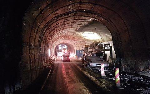 UTBEDRES: Maursundtunnelen ved Kågen mellom fastlandet og Skjervøy utbedres for tiden. Bildet er tatt i sommer, da en tankbil satte seg fast i tunnelen.