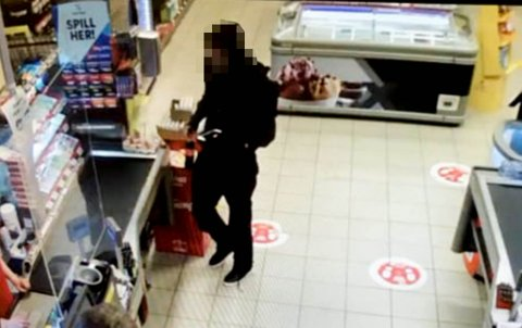 TILSTO: Her er 25-åringen avbildet i det han ulovlig bruker et kredittkort tilhørende en annen person på en butikk i Alta 27. mai 2020. I retten tilsto han forholdet. Bildet er skjermdump fra politiets illustrasjonsmappe.