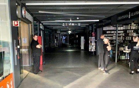 Ansatte i gangene venter på at strømmen skal komme tilbake på Amfi Kanebogen.