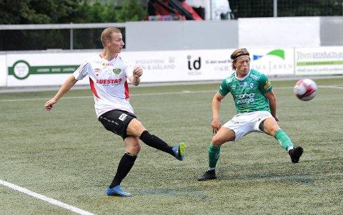 MATCHVINNER: Anders Haugen (t.v.) og Sverre Høie Holen i aksjon fredag kveld.