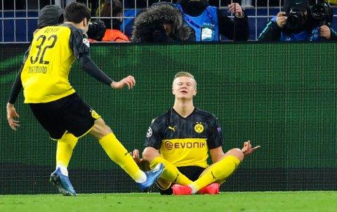 FEIRING: Da Erling Braut Haaland scoret mål mot PSG i Champions League i fjor, feiret han på denne måten. Det satte fyr på internett.