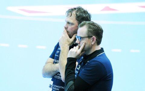 LITT Å GRUBLE PÅ: Trenerduoen Rune Haugseng (t.v.) og Heine Jensen hadde sett fram til å lede laget sitt i kamp igjen for første gang på nesten fire og en halv måned.