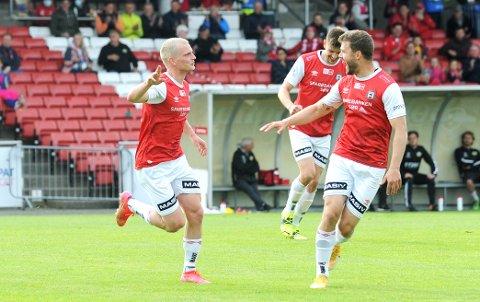SCORET IGJEN: Meinhard Olsen (t.v.) feirer 1-0 sammen med landsmann Rogvi Baldvinsson. I bakgrunnen en fornøyd Kristoffer Hay.